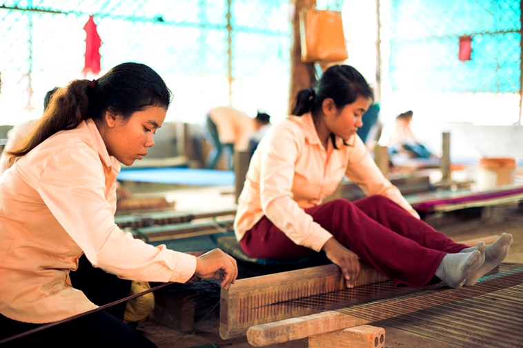 【写真】二人でいぐさを編む女性たち。それぞれの瞳から集中が伝わる。
