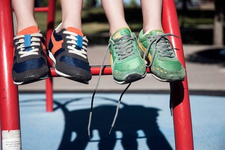 【写真】2人の人間がずーびっつのスニーカーを履いている