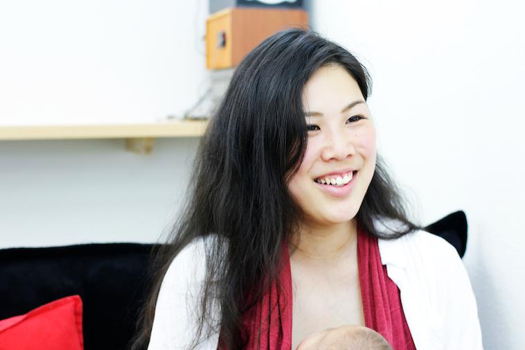 【写真】赤ちゃんを抱いて笑顔でインタビューに応えるはたやまれいさん