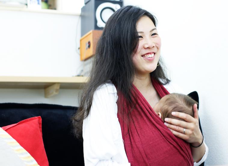 【写真】赤ちゃんを出して微笑んでインタビューに応えるはたやまれいさん