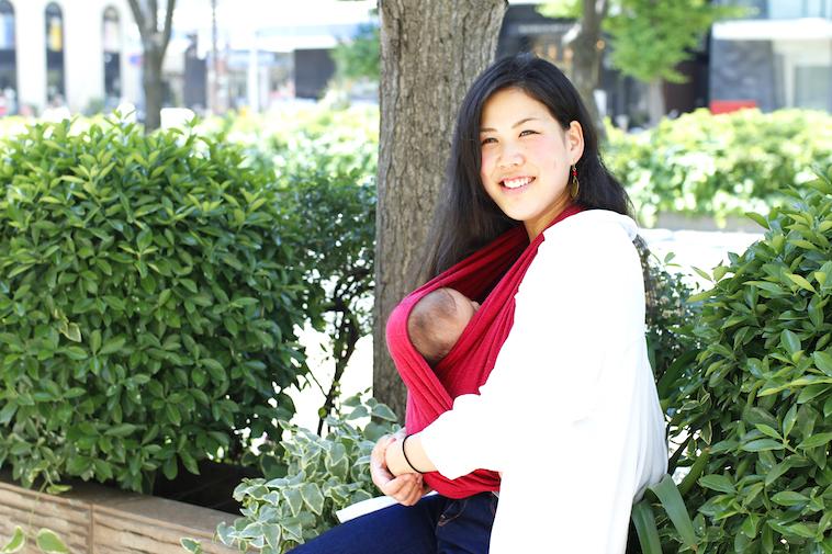 【写真】笑顔で赤ちゃんを抱いているはたやまれいさん