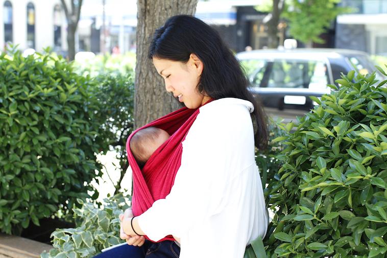 【写真】抱いている赤ちゃんを見ているはたやまれいさん