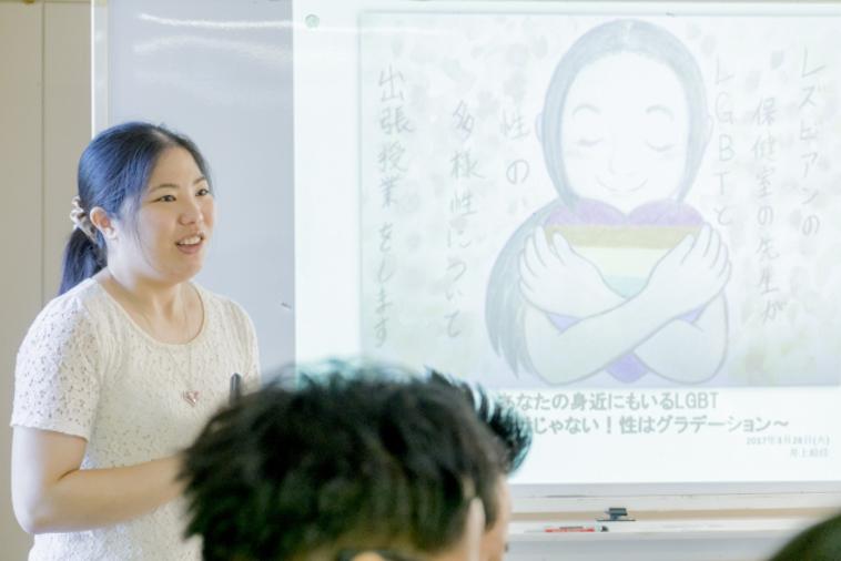 【写真】学校で講義を行ういのうえさん。優しく語りかけている雰囲気が伝わる。