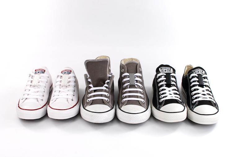 【写真】ずーびっつのスニーカーが一列に並べられている