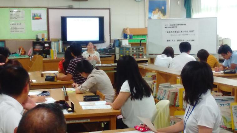 【写真】学校で講義を行ういのうえさんと、話を聞く生徒たち。集中している様子が伝わってくる。