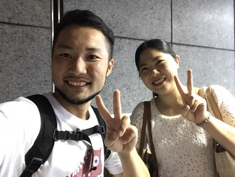【写真】いのうえさんの友人のLGBT当事者の方と、いのうえさん。笑顔で写る二人から、楽しそうな様子が伝わる。