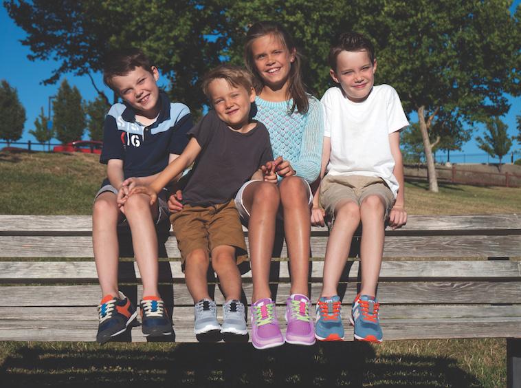 【写真】4人の子どもたちが、それぞれ異なる色のずーびっつのスニーカーを履いている