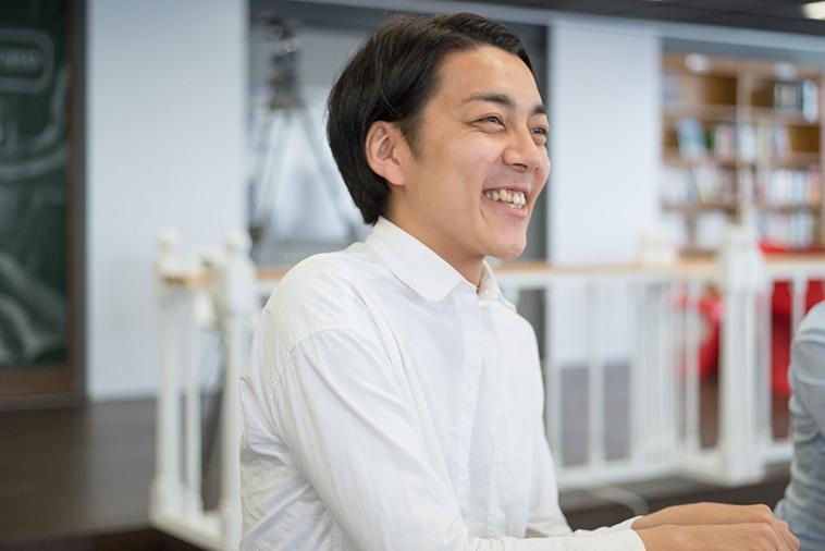【写真】笑顔でインタビューに応えるしまかげけいすけさん