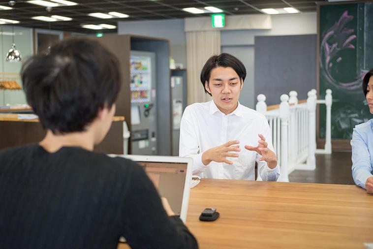 【写真】真剣な表情でインタビューに応えるしまかげけいすけさん
