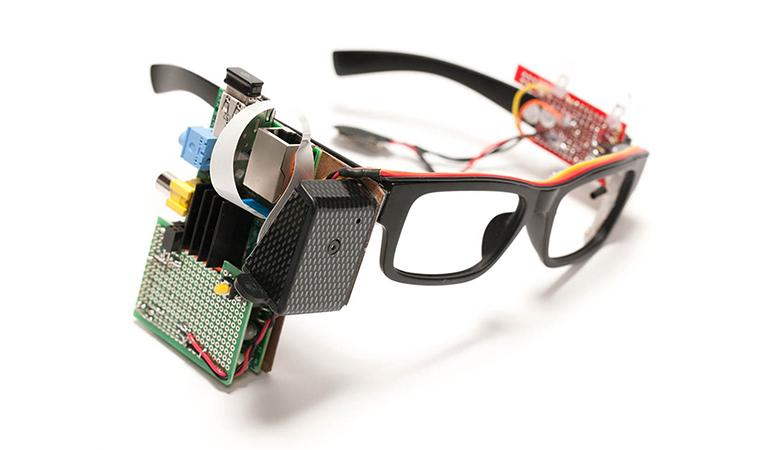 【写真】様々な機器がフレームについている初代プロトタイプ