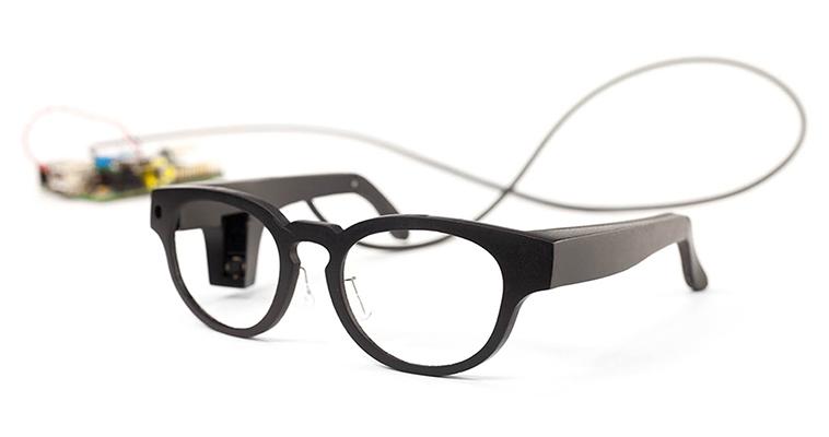 【写真】カメラがメガネに内蔵された2台目のプロトタイプ。1台目に比べてとてもシンプルになっている