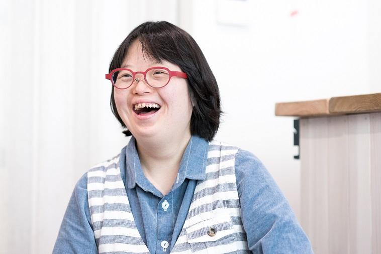 【写真】笑顔でインタビューに応えるわだめぐみさん