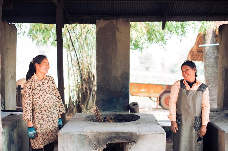 【写真】工房で働く二人の女性が、互いに笑顔を見せている。穏やかな空気が流れている。