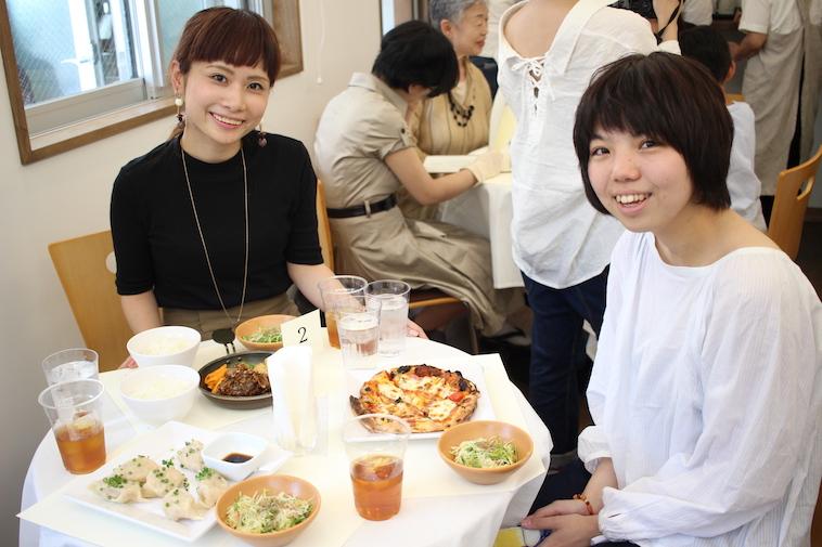 【写真】運ばれてきた料理と一緒に写る、代表の工藤とsoarメンバー。楽しそうな雰囲気が伝わる。