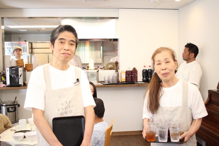 【写真】働く手を止めて、カメラに写るレストランのスタッフ。穏やかな雰囲気が漂う。