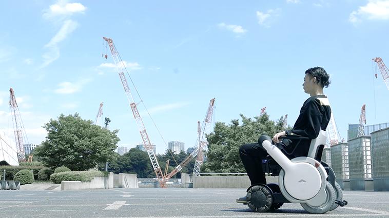 【写真】外で景色を見ながら、車椅子で佇むむとうさん。