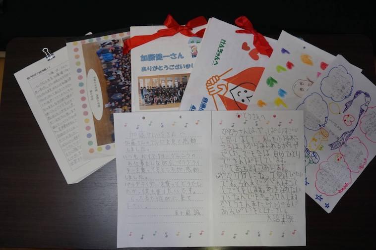 【写真】子どもたちから届いた手紙がずらりと並べられている。