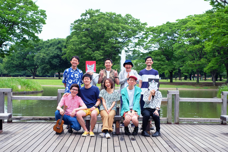 【写真】公園で集合写真を撮るやる気あり美のメンバー。それぞれが楽しそうにカメラへ顔を向けている。