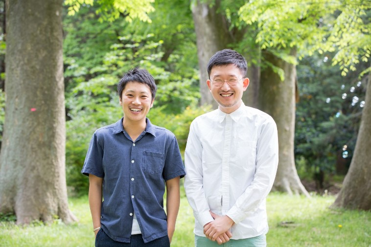 【写真】自然をバックに、笑顔で並んで立ついのうえさんとおおたさん。