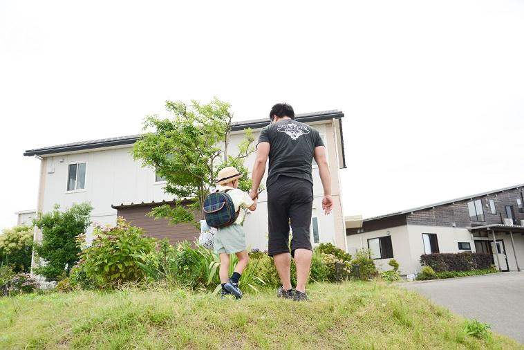 【写真】小さな丘に登ったたはらまさのりさんと手を繋いでいる子ども