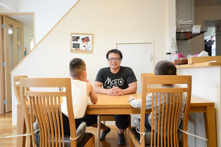 【写真】木製の椅子に楽しそうに話しているたはらまさのりさんと子どもたち