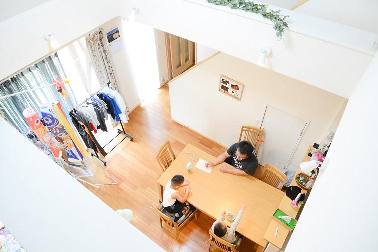 【写真】木製の家具やカーテンから差し込む陽の光が暖かい空気を作り出している