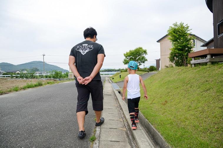 【写真】子どもと一緒に歩くたはらまさのりさん