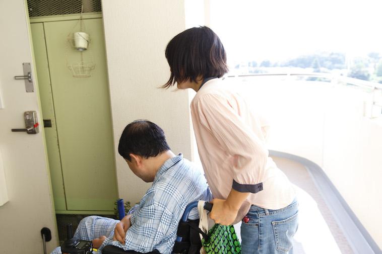 【写真】男性が乗っている車椅子を後ろから力を入れて押す、たかすさん