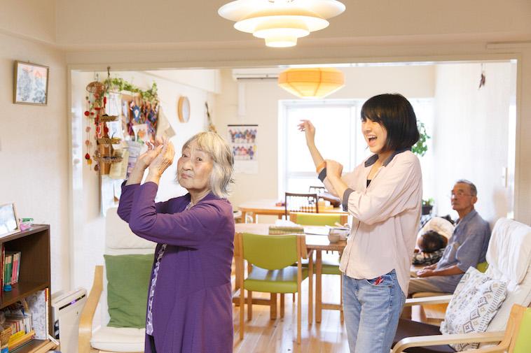 【写真】おばあさんと一緒に、フラを楽しそうに踊るたかすさん