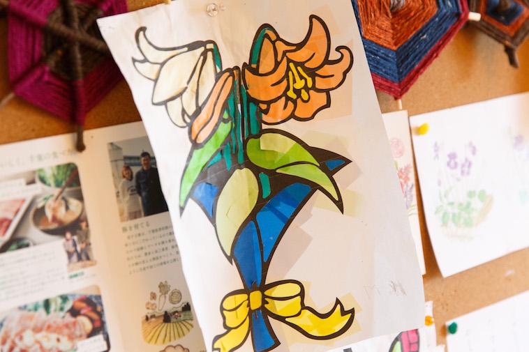 【写真】花束の切り絵が、壁に飾られている