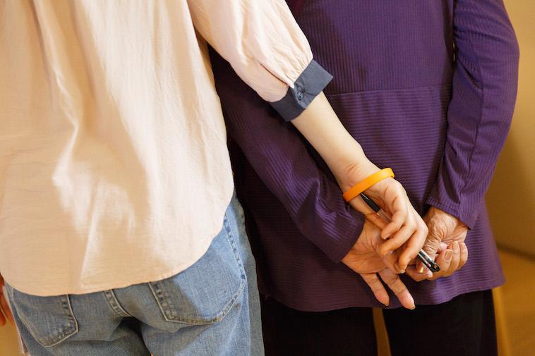 【写真】おばあちゃんの手に自身の手を重ねるたかすさん