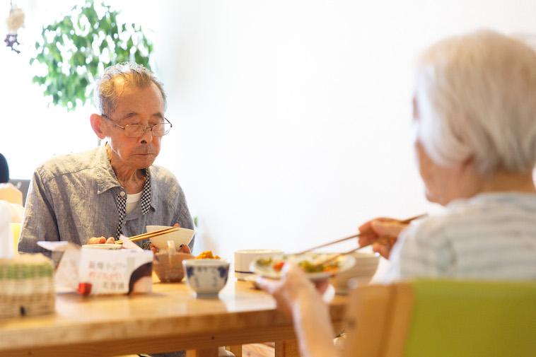 【写真】黙々とテーブルに並んだ食事をとるおじいさんとおばあさん