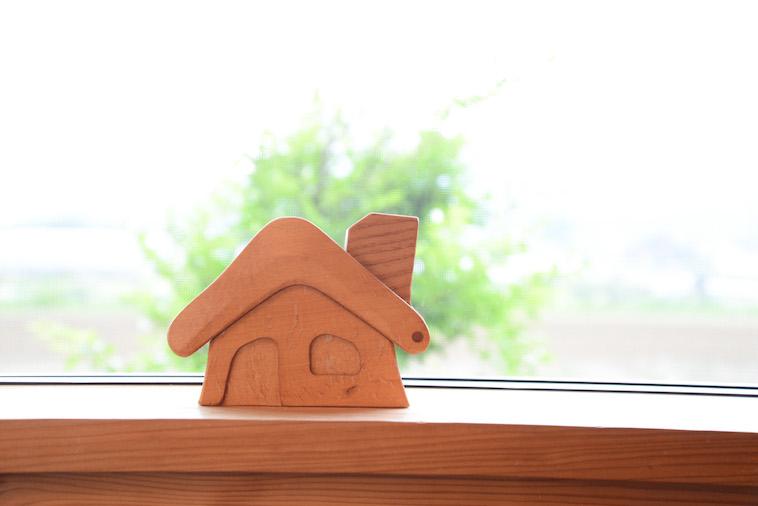 【写真】温もりを感じる木製でできた小さな家の模型が窓際に置いてある