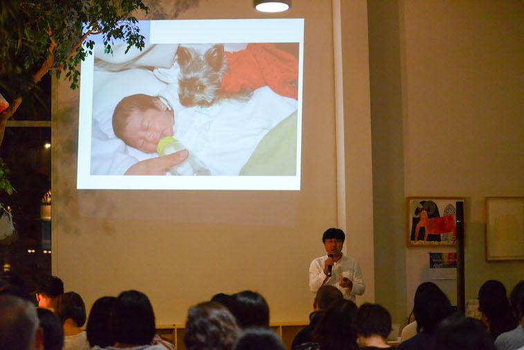 【写真】スライドで子どもの様子を写しながら語るふじもとさん