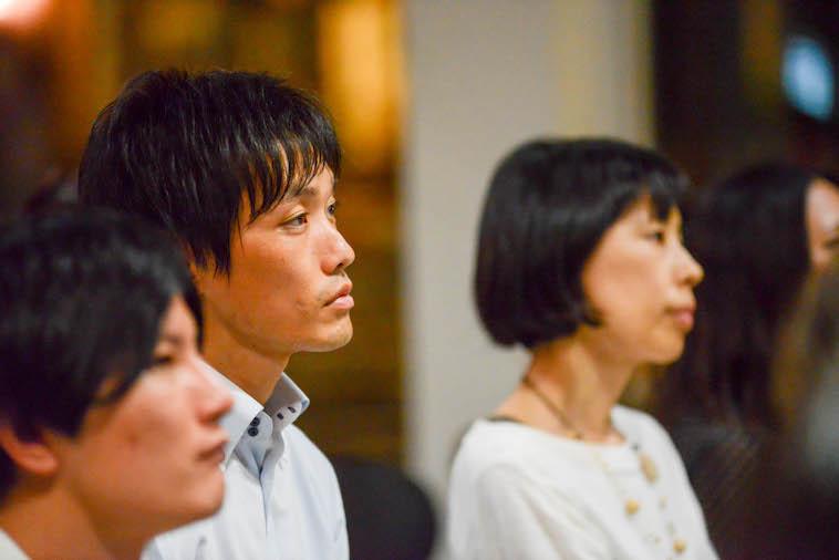 【写真】真剣な表情で、登壇者の話を聞く男性