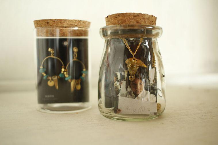 【写真】小さな瓶に詰められたジュエリー。シンプルで可愛い雰囲気が漂っている。