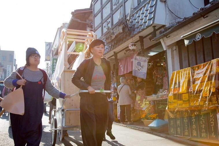 【写真】Mobile Museum Idohをリアカーに乗せて市内を歩く、アンナさんとご家族。多くの人の目に止まることができそう。