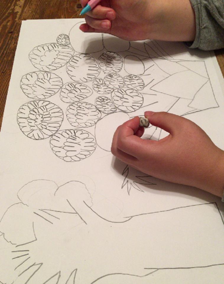 【写真】アンナさんの創作風景。画面いっぱいに大きくブロッコリーが描かれている。