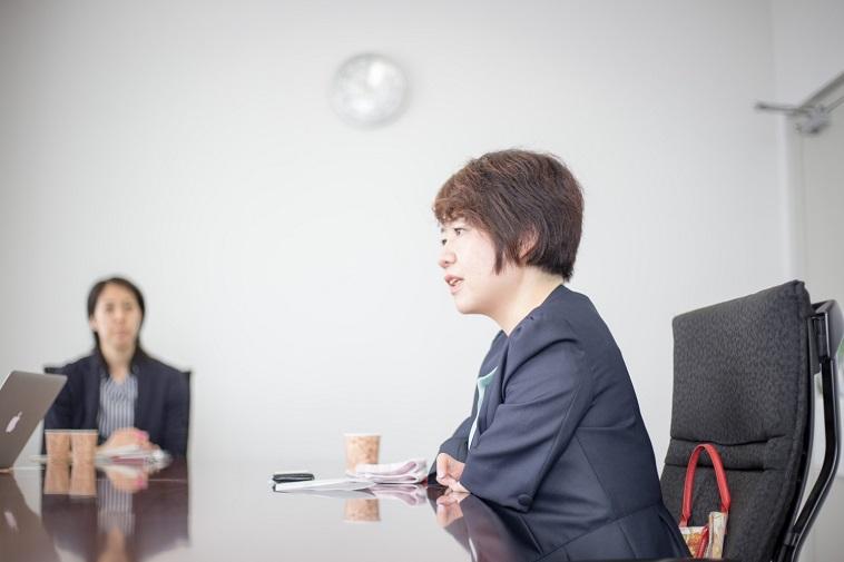 【写真】真剣な表情でインタビューに応えるいしじまともみさん