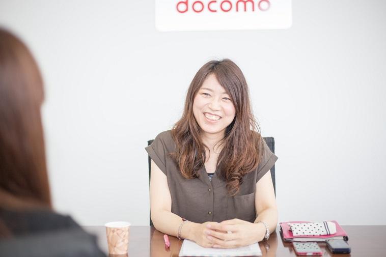 【写真】笑顔でインタビューに応えるあおきのりこさん