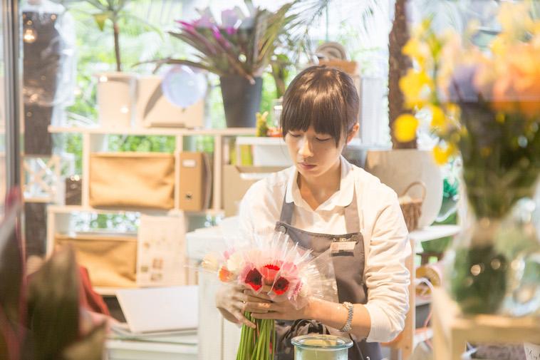 【写真】丁寧に花を揃えるスタッフさん