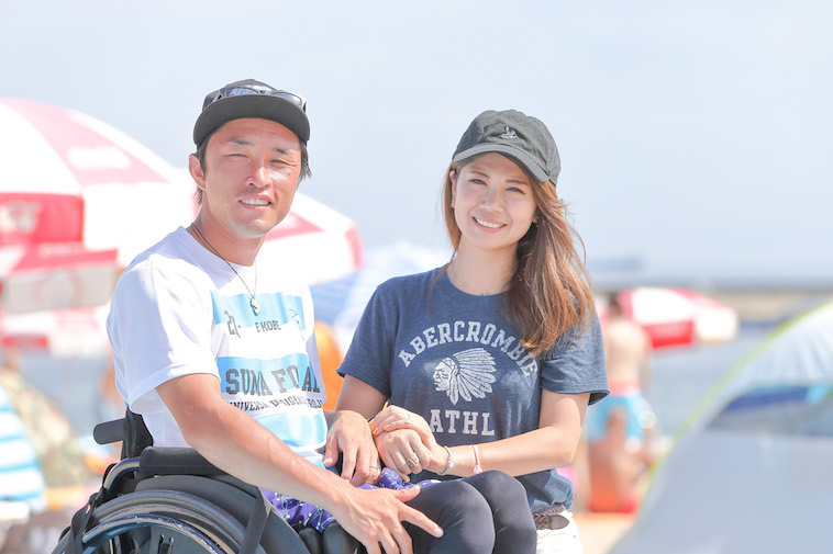 【写真】ビーチで笑顔のきど夫婦