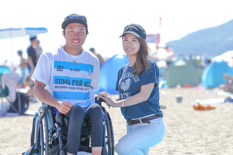 【写真】砂浜で笑顔のきどあやさんと車椅子に乗っているきどしゅんすけさん