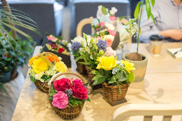 【写真】カゴに詰まったアレンジメントをした花たち。思わず目を引く美しさです