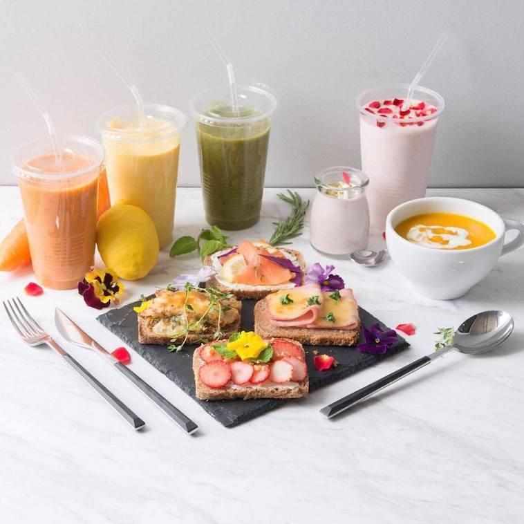 【写真】野菜や果物を使ったスムージーにスープ、オープンサンドが並ぶ。どれも美しく美味しそう