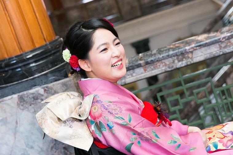 【写真】振袖を身につけて、笑みがこぼれる女性。