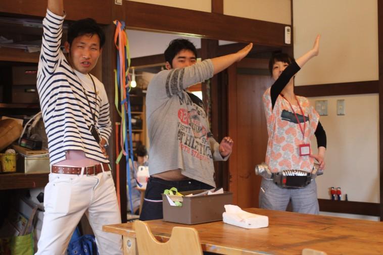 【写真】仮面ライダーポーズをするかみきどさんとスタッフ