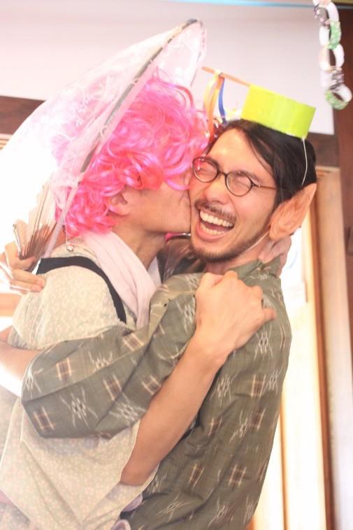 【写真】ぬかびとさんから熱い抱擁を受け大笑いするなかのさん