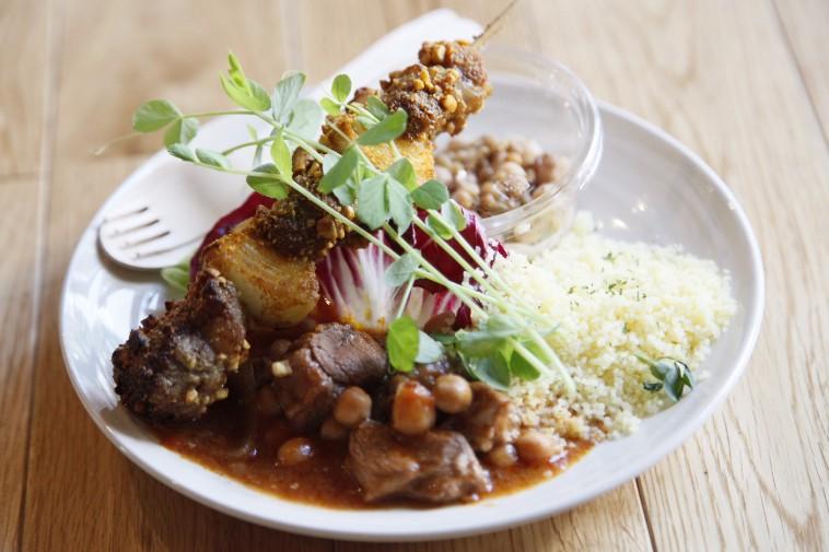 【写真】お肉や野菜が盛られているランチメニュー