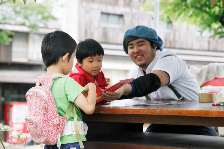 【写真】笑顔で子どもたちと話すかみきどさん